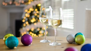 Prosecco and Christmas decorations. Photo: pexels.com