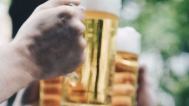 Raising a glass of beer. Photo: Quentin Jr/Unsplash